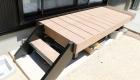 愛知県刈谷市の新築エクステリア;ステップのついた使い勝手のいいウッドデッキ