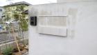愛知県岡崎市の新築エクステリア:ヘアライン仕上げの表札とポスト