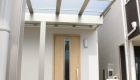 愛知県岡崎市の新築エクステリア:玄関から車まで雨にぬれずに移動可能